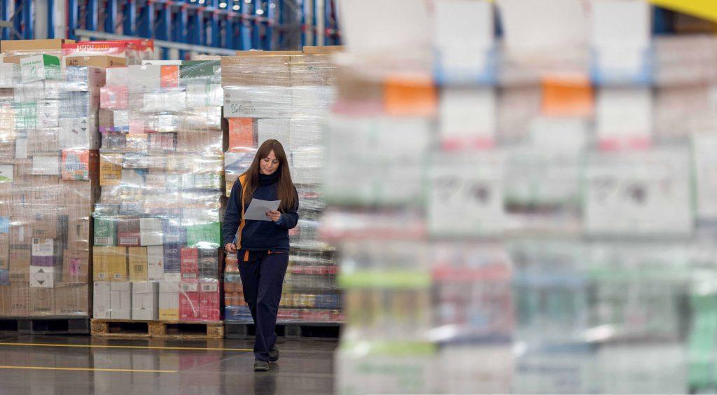 Trabajadora en un bloque logístico de Mercadona